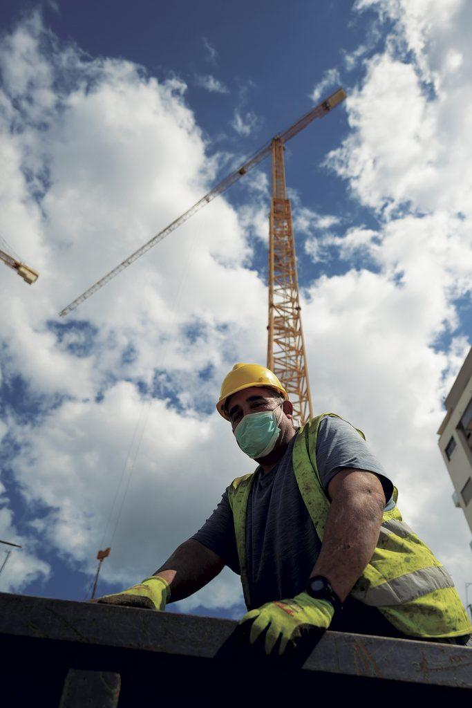 Un trabajador de la construcción durante el estado de alarma.- GABRIEL BOUYS / AFP